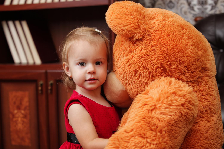 Детская фотосессия с медведем в фотостудии
