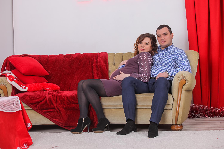 Фотосессия беременных на диване