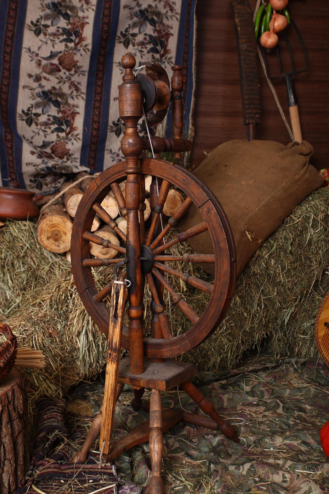 деревянный инвентарь для фотостудии на деревянном фоне