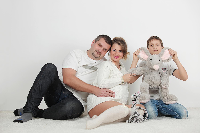 Фотосессия беременных с семьею в фотостудии