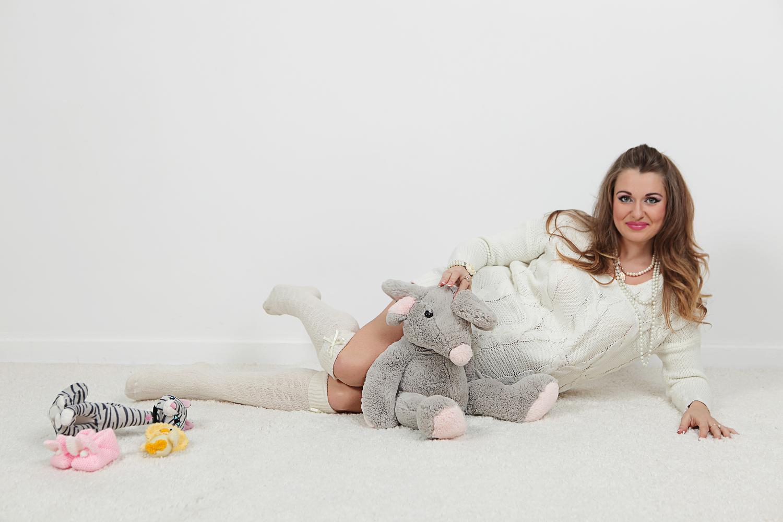 Фотосессия беременности с игрушками на белом фоне