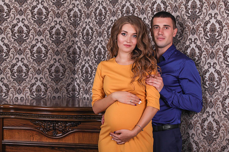 Фотосессия беременности в интерьере фотостудии