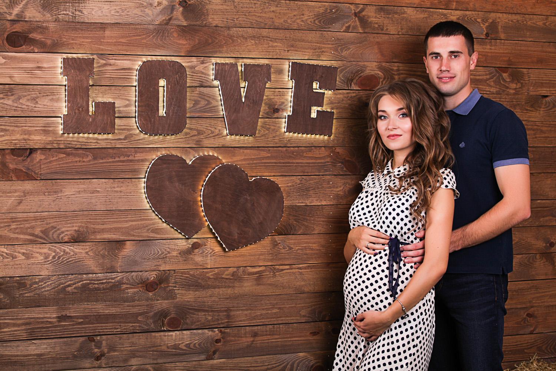 Фотосессия беременных со словом LOVE в фотостудии