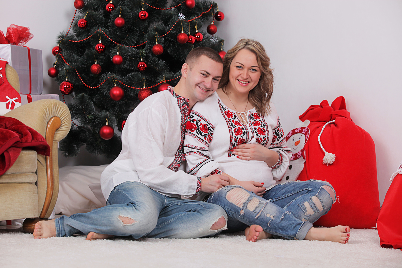 Фотосессия беременных под ёлкой в фотостудии
