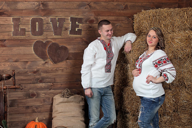 Фотосессия беременности на фоне сена в фотостудии