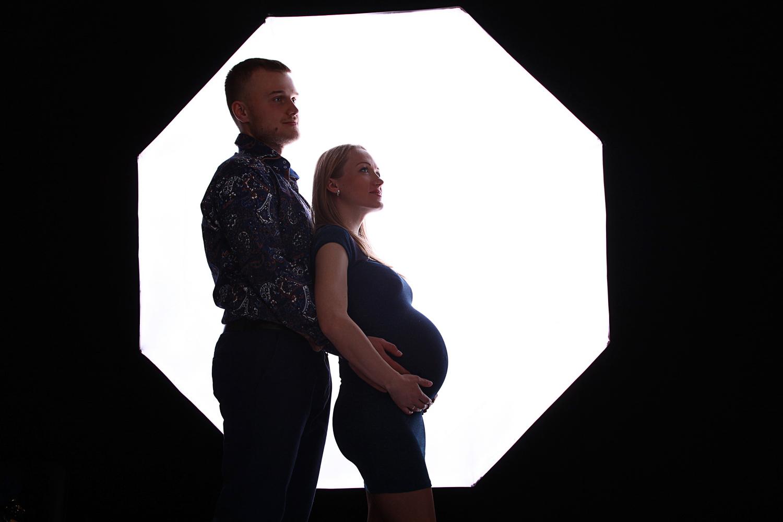 Фотосессия беременности на белом фоне
