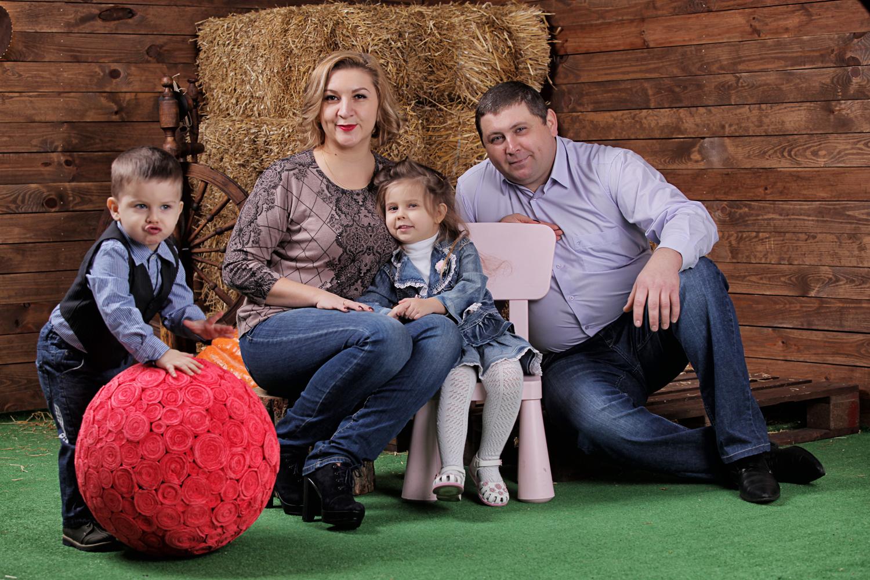 Семейная фотосессия в фотостудии, фотосессия в студии, фотография в фотостудии