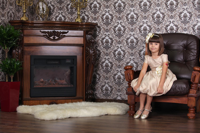 Детская фотосессия ребенка с камином в фотостудии