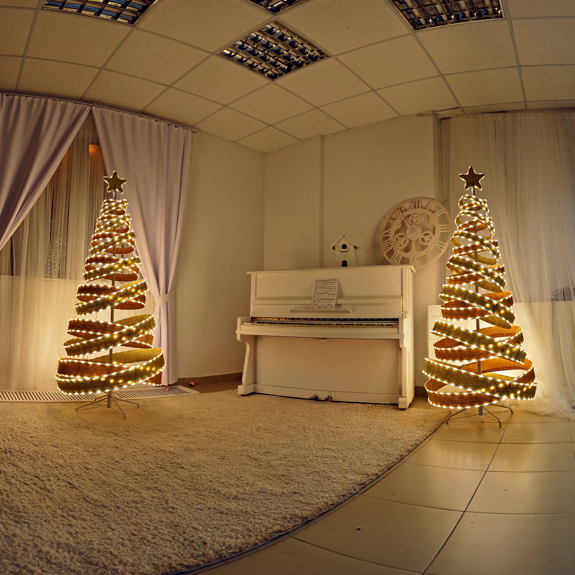 пианино в фотостудии с елками на новый год