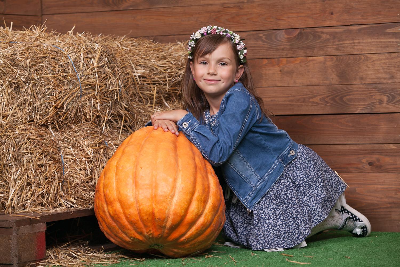 Интересная детская фотосессия с арбузом в фотостудии