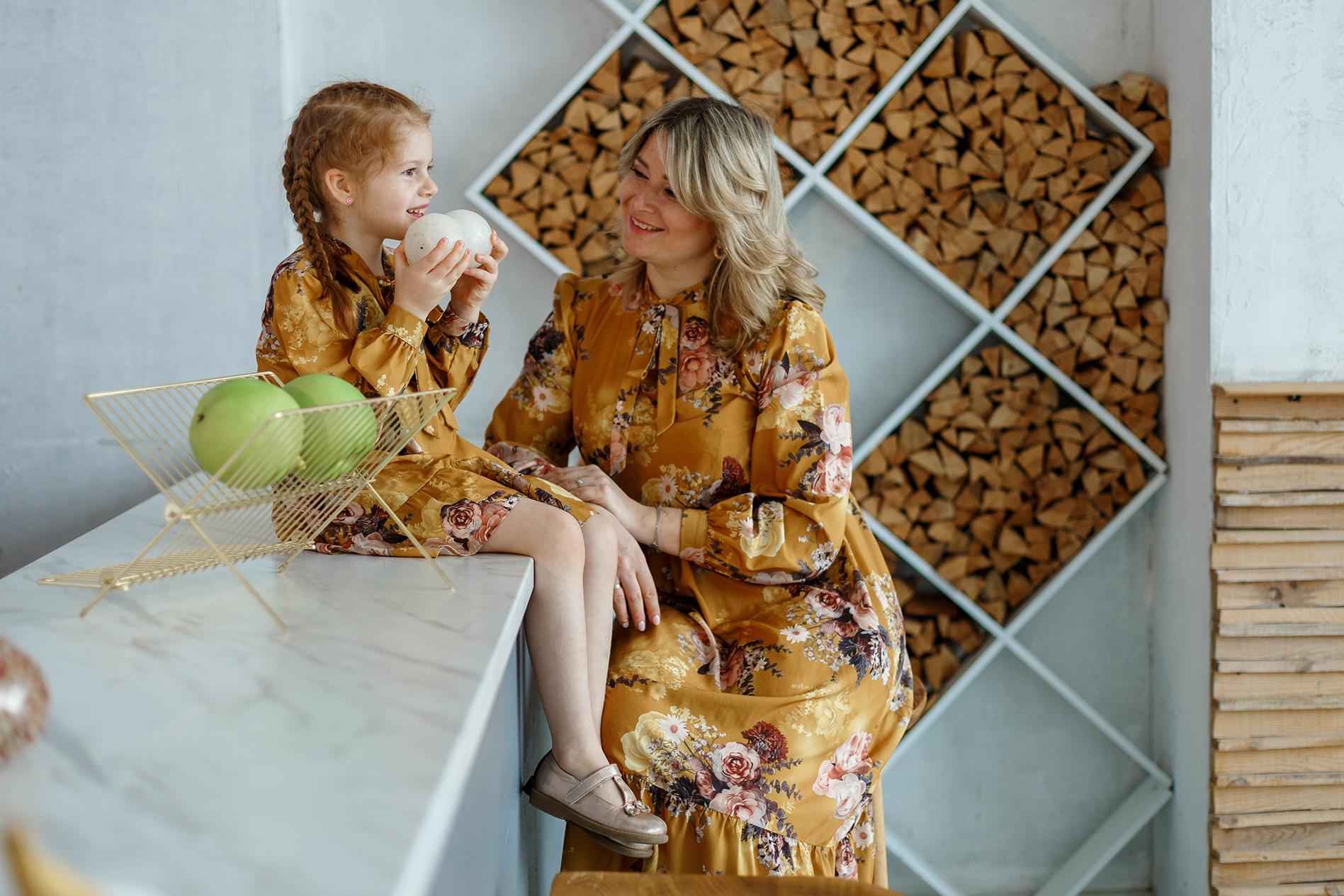 семейная фотосессия в студии, девочка играет с мамой, фотосессия мама и дочь, фотосьемка для мамы