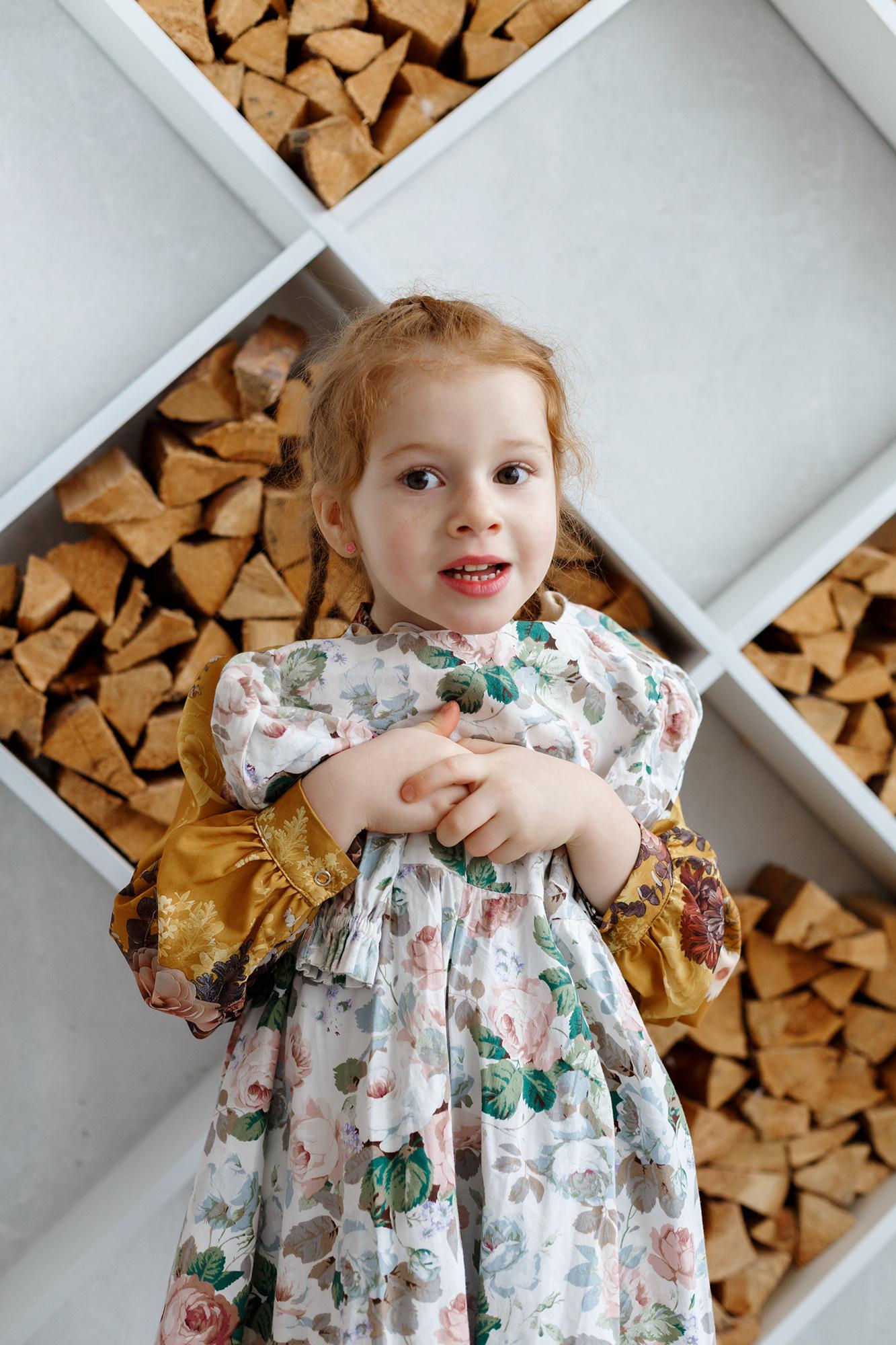 детская фотосессия в студии, ребенок примеряет платье, ребенок позирует, ребенок не позирует, девочка в платье, девочка в фотостудии