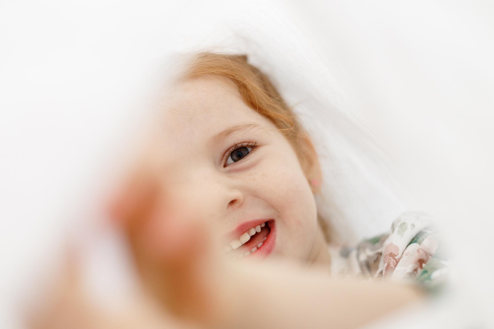 ребенок играет в домике, светлая, нежная фотография, ребенок на фотосессии, ребенок веселится