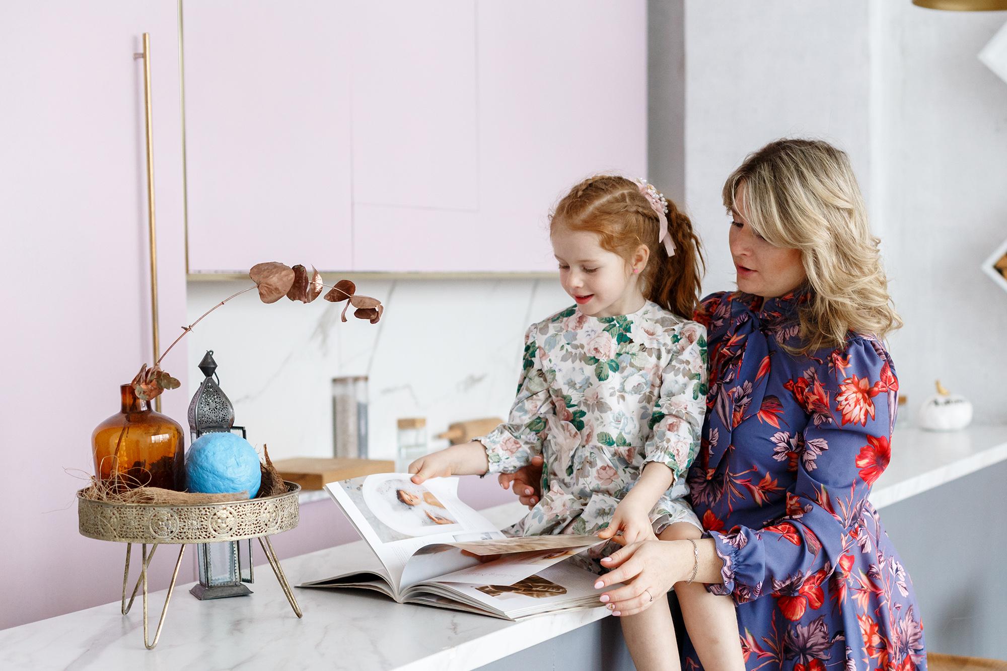 детская фотосессия в студии, мама с дочкой листают книгу, мама листает книгу