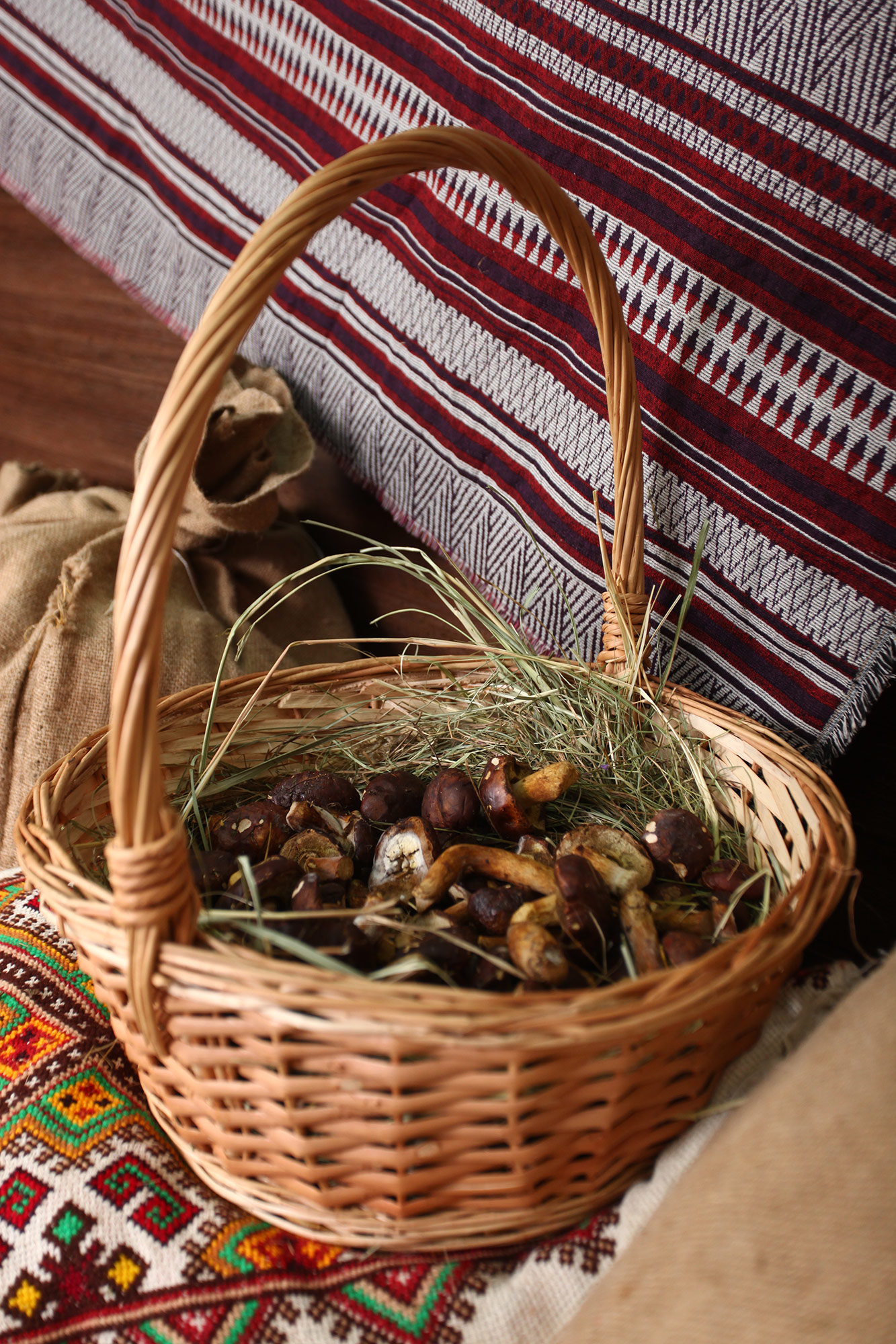 корзина с грибами для фото студии в Киеве