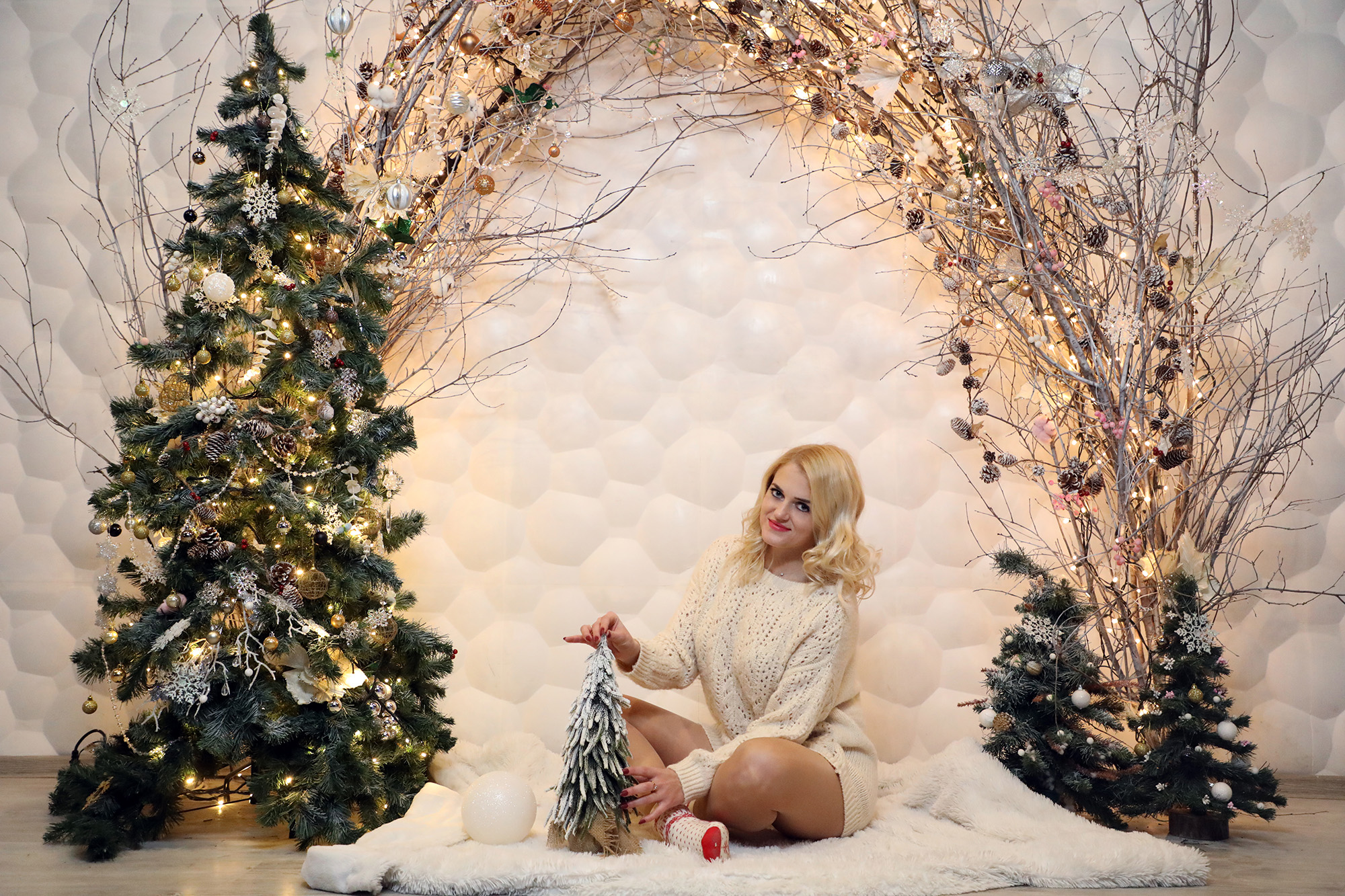 Новогодняя фотосессия в студии с новогодними елками
