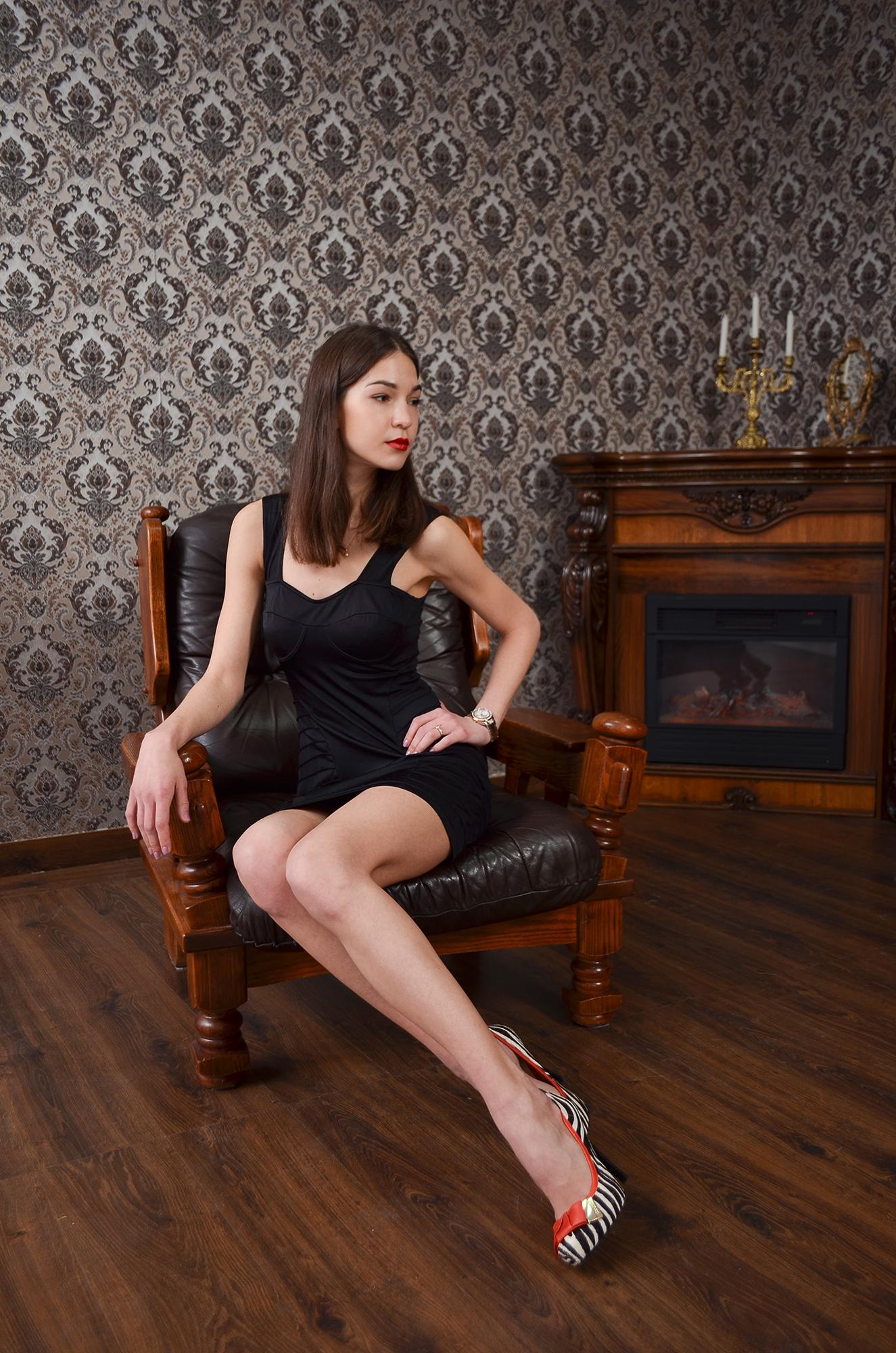 девушка в кресле на 8 марта, девушка в студии